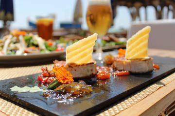 Foto Rulo de queso de cabra a la plancha con mermelada de tomate y teja de parmesano Maraú Beach Club