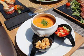 foto Gazpacho andaluz con guarnición de verduras en brunoise snack bar marau beach club